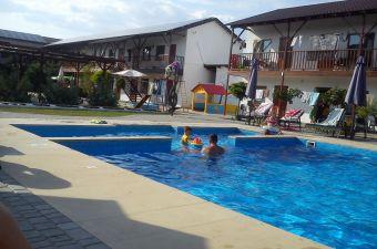 Отдыхающие в бассейне Адажио
